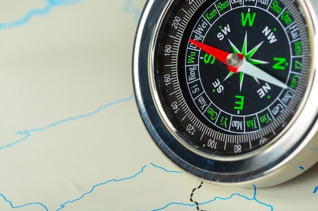 Bussola sul viaggio di sfondo della mappa