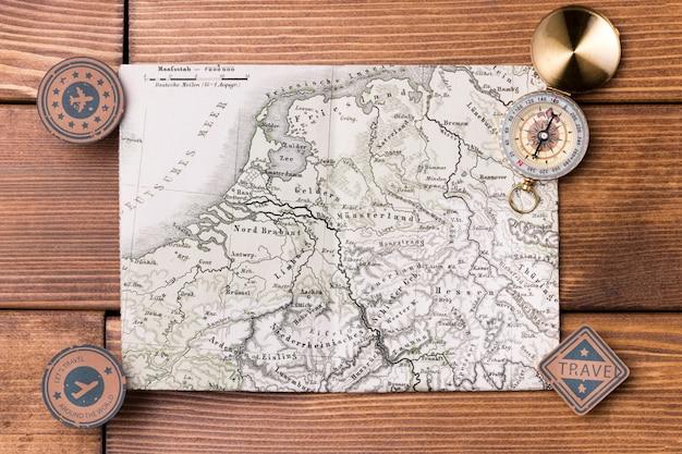 Bussola vista dall'alto in cima alla mappa del mondo