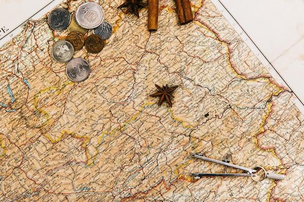Bussole, spezie, busta si trovano sulla vecchia mappa gialla