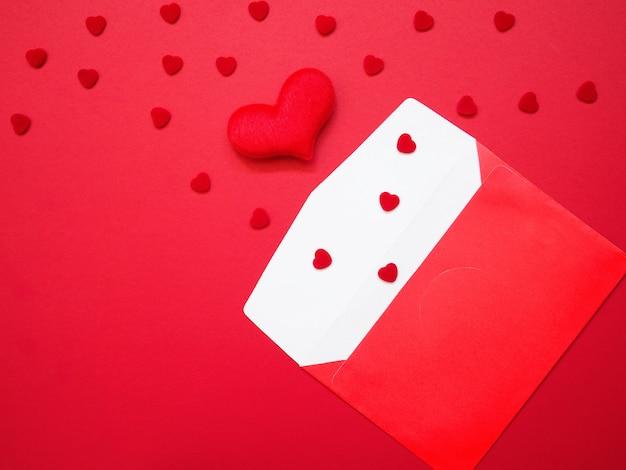 Busta aperta e forma di cuore rosso