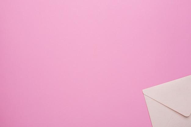 Busta chiusa sul rosa