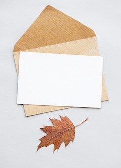 Busta con cartoncino bianco bianco. tema autunnale