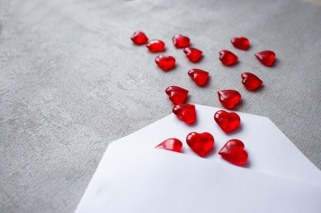 Busta con cuori di cristallo rosso