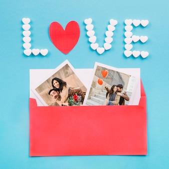 Busta con foto vicino alla scrittura d'amore