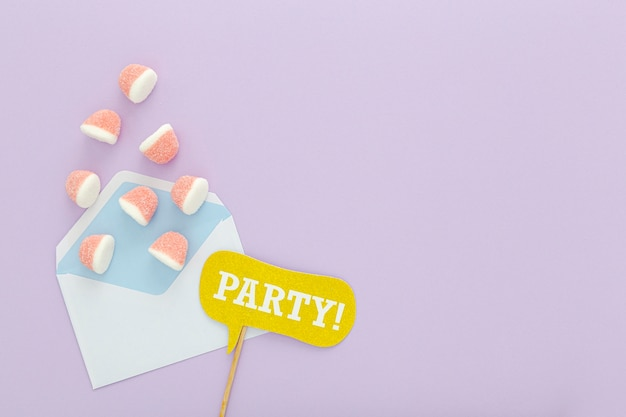 Busta con gelatine e copia-spazio