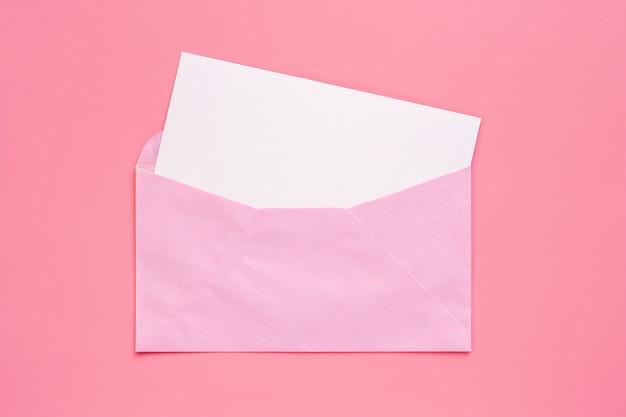 Busta rosa con biglietto vuoto bianco carta di carta