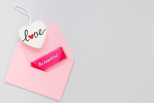 Busta rosa con messaggio e copia spazio