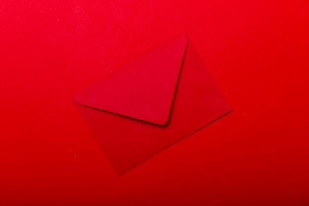Busta rossa aperta. busta vuota