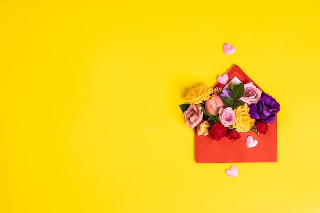 Busta rossa aperta con composizioni floreali sul backgrou giallo