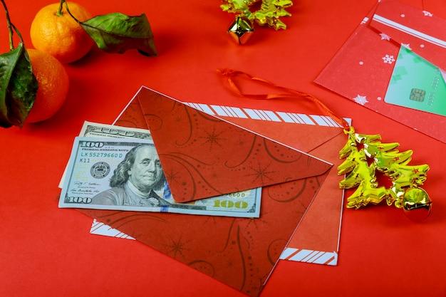 Busta rossa delle decorazioni cinesi di nuovo anno e dollaro americano buon anno o fortuna