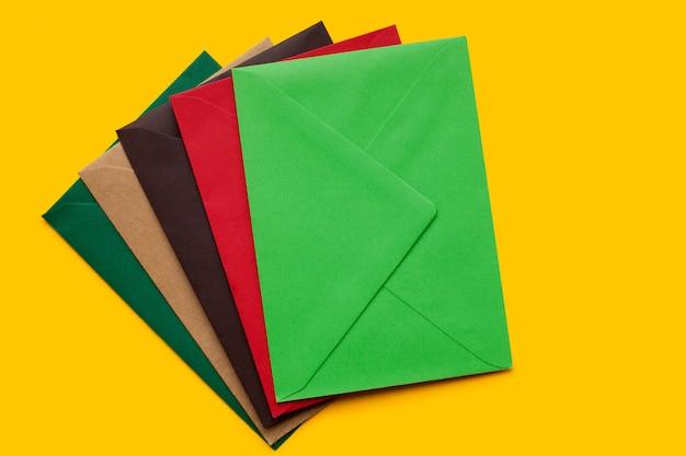 Busta rossa, marrone, verde, vista dall'alto