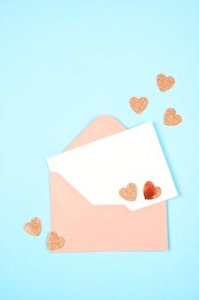 Busta vuota e carta con cuori