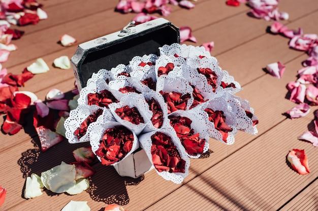 Buste con petali di rosa per eventi