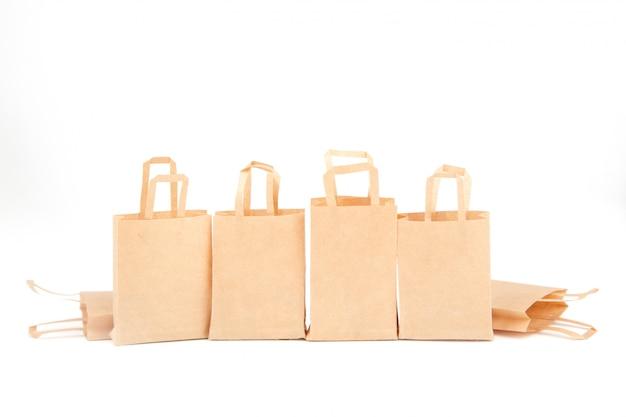Buste della spesa. vendite, sconti. uso di materiali ecologici. zero sprechi. bianco, isolato