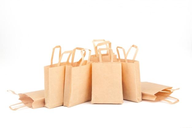 Buste della spesa. vendite, sconti. uso di materiali ecologici. zero sprechi. sfondo bianco, isolato