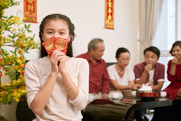 Buste vietnamite felici della tenuta della ragazza con