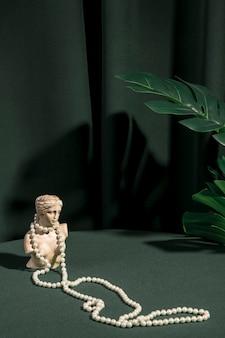 Busto di venere con vista frontale e perle