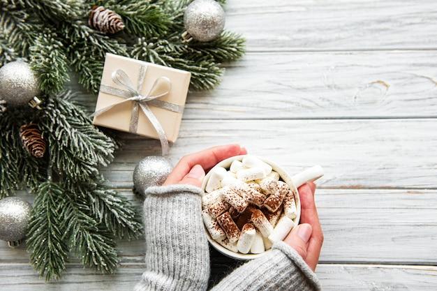 Cacao caldo e decorazioni natalizie