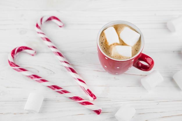 Cacao con marshmallow e zucchero filato