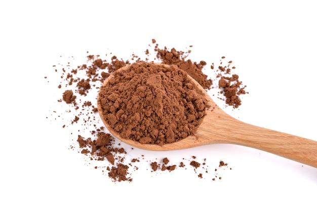 Cacao in polvere in un cucchiaio di legno