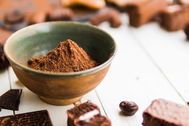 Cacao in polvere in una ciotola di ceramica