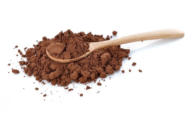 Cacao in polvere isolato su bianco
