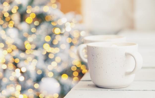 Cacao natalizio con marshmallow. vacanza. messa a fuoco selettiva.