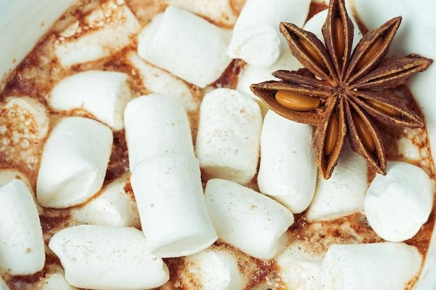 Cacao o latte al cioccolato con caramelle marshmallow e anice da vicino.