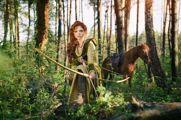 Caccia medievale della donna di fantasia nella foresta di mistero