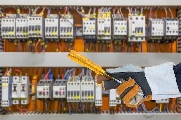 Cacciavite porta-guanti nel quadro elettrico
