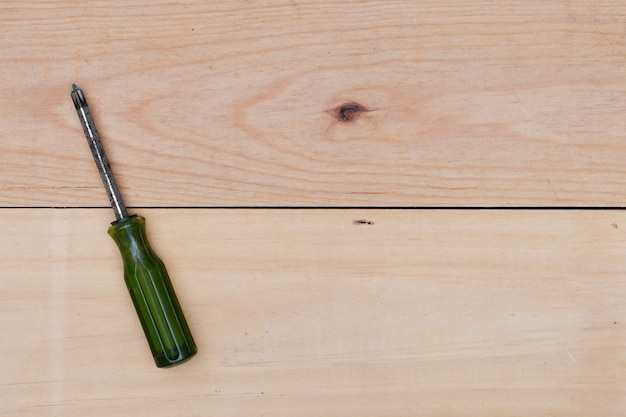 Cacciavite su fondo di legno.