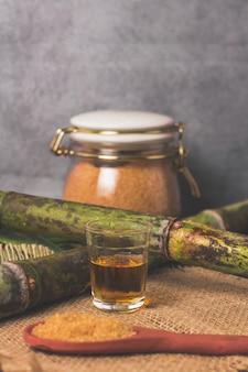 Cachaca è il nome di una tipica bevanda alcolica prodotta in brasile con la canna da zucchero. bevanda tradizionale dal brasile sulla tavola di legno