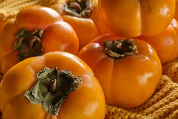 Cachi sulla superficie arancione della maglieria