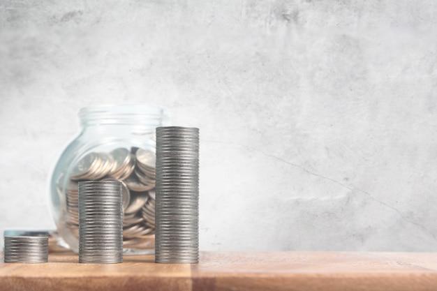 Cadere le monete in un barattolo di vetro con etichetta pensionamento