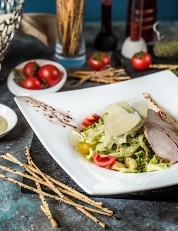 Caesar classico con filetto di pollo e mix di verdure