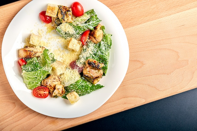 Caesar salad con pollo sul tavolo di legno