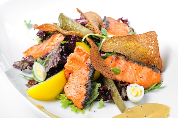 Caesar salad con salmone