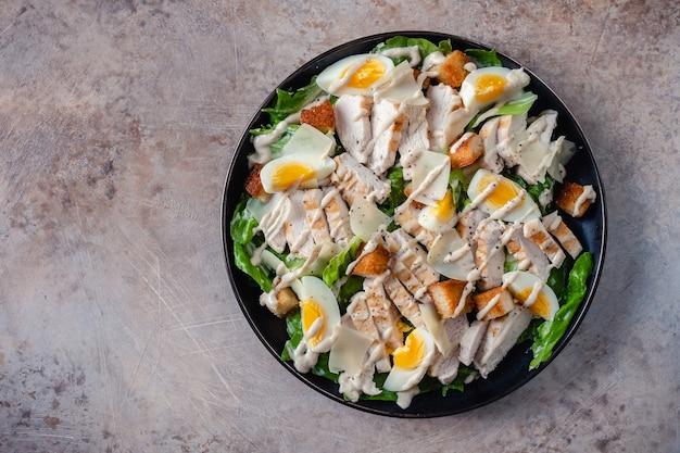 Caesar salad di pollo alla griglia con crostini di pane croccanti
