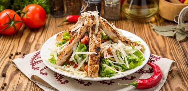 Caesar salad di pollo alla griglia con formaggio e crostini