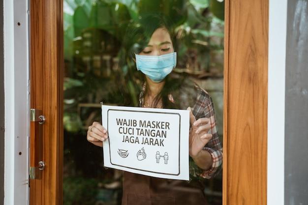 Cafe e negozio nuovo normale segno di epidemia di coronavirus