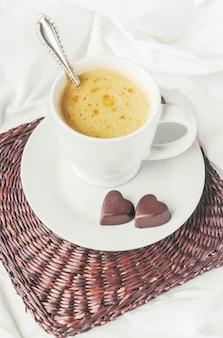 Caffè a letto messa a fuoco selettiva bere amore