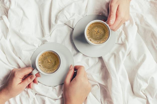 Caffè a letto messa a fuoco selettiva bevanda calda.