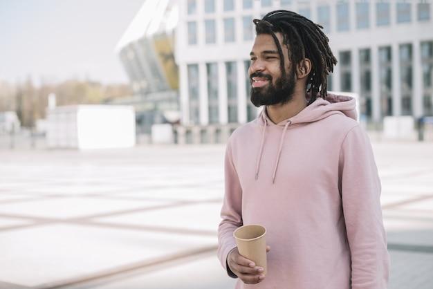 Caffè afroamericano bello della tenuta dell'uomo