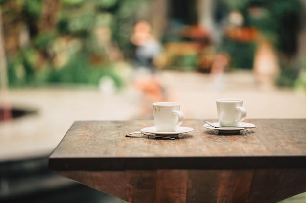 Caffè al mattino, due tazze di caffè espresso sul tavolo di legno nella caffetteria o coffeeshop.