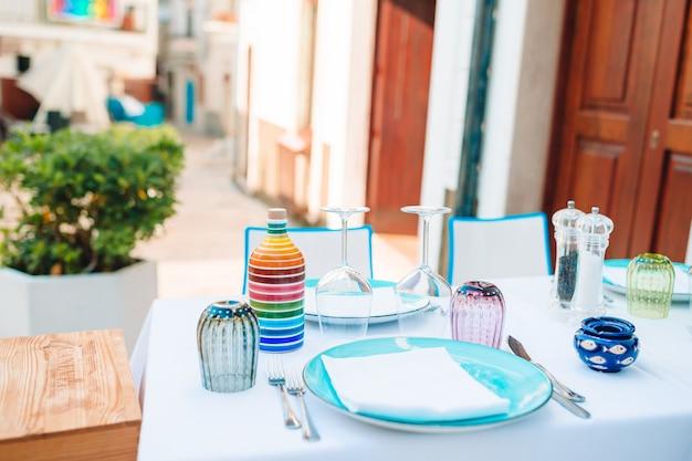 Caffè all'aperto vuoto di estate in un posto turistico in italia