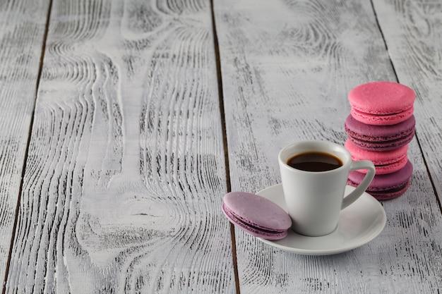 Caffè, amaretti e crema su un tavolo bianco