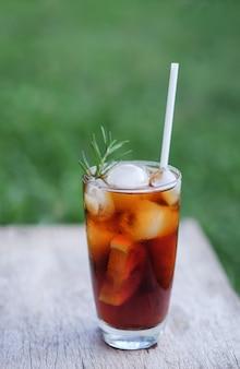 Caffè americano ghiacciato da bere nel tempo libero a casa