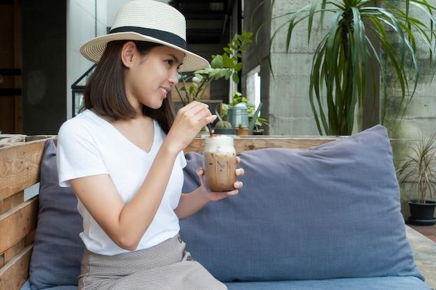 Caffè bevente della bella donna in caffetteria