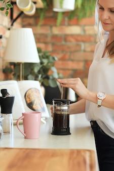 Caffè bevente della giovane bella donna