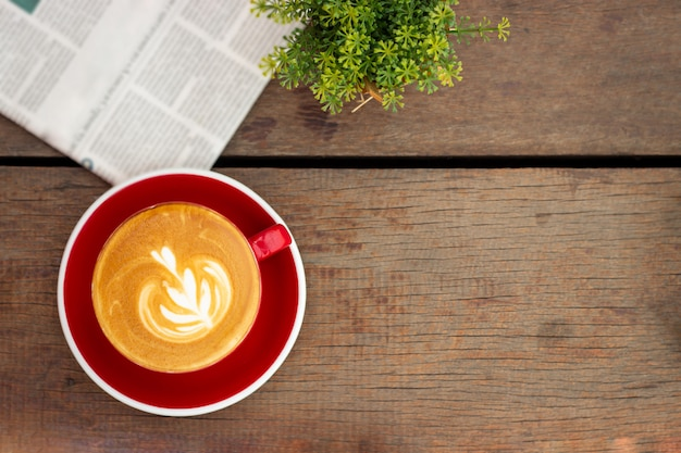 Caffè caldo con latte art. bevanda preferita di caffeina. bevanda di ristoro al mattino.